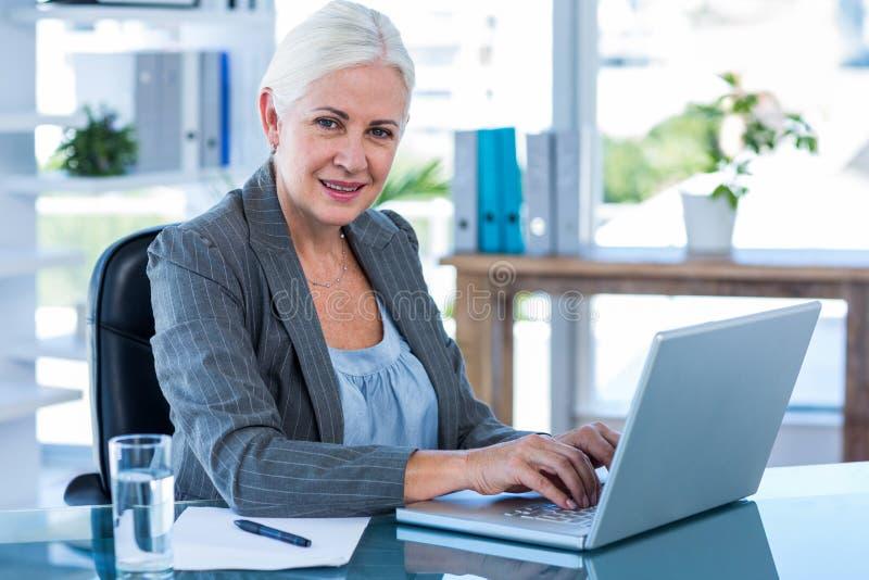 Download Femme D'affaires Travaillant Avec Son Ordinateur Portatif Image stock - Image du concentré, concentration: 56481691