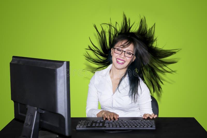 Femme d'affaires travaillant avec son soufflement de cheveux images stock