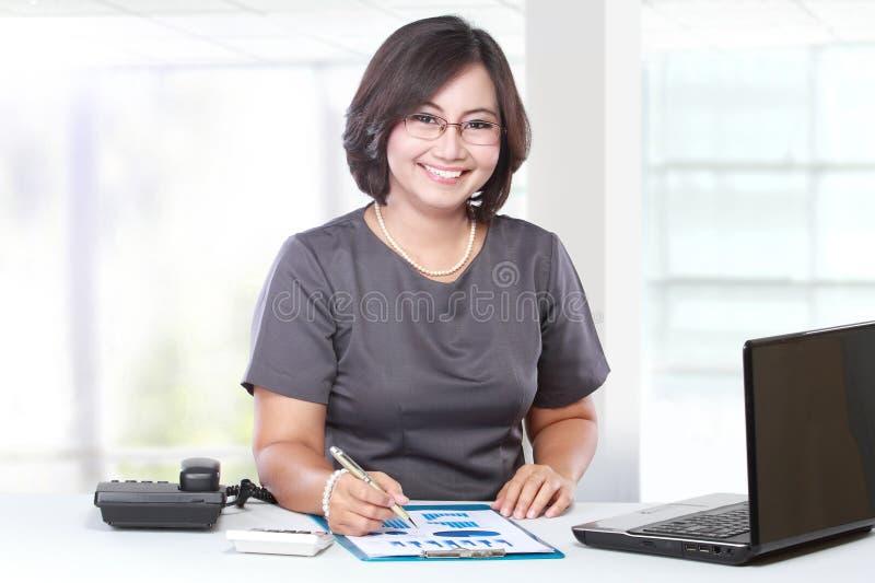 Femme d'affaires travaillant dans le bureau image libre de droits