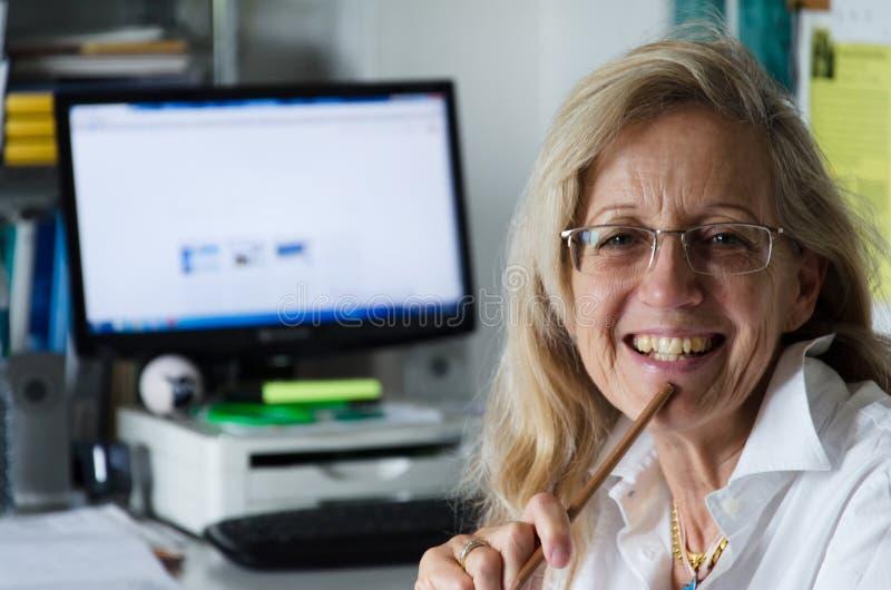 Femme d'affaires travaillant dans son bureau images libres de droits