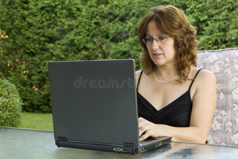 Femme d'affaires travaillant de la maison photographie stock