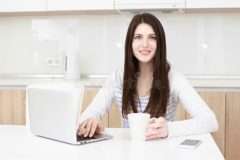 Femme d'affaires travaillant de sa maison multitasking images libres de droits