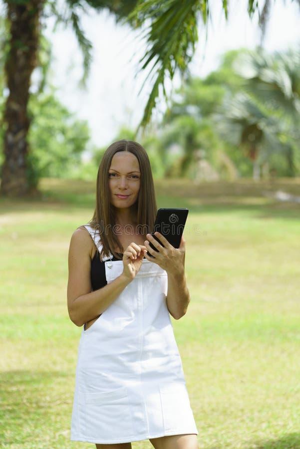 Femme d'affaires travaillant en parc pendant le jour ensoleillé en Thaïlande photo libre de droits