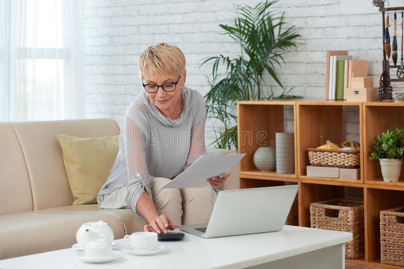 Femme d'affaires travaillant ? la maison images stock