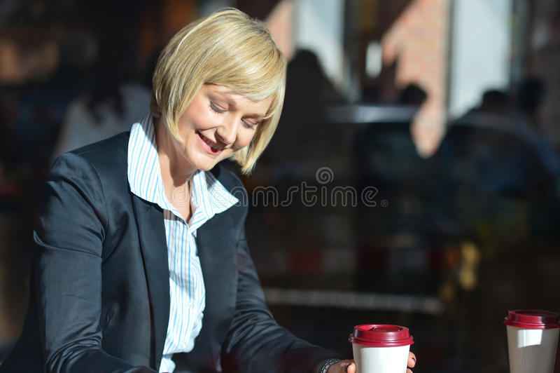 Femme d'affaires travaillant pendant son heure de coupure photographie stock
