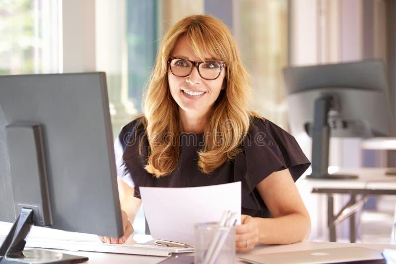 Femme d'affaires travaillant sur l'ordinateur dans le bureau images libres de droits