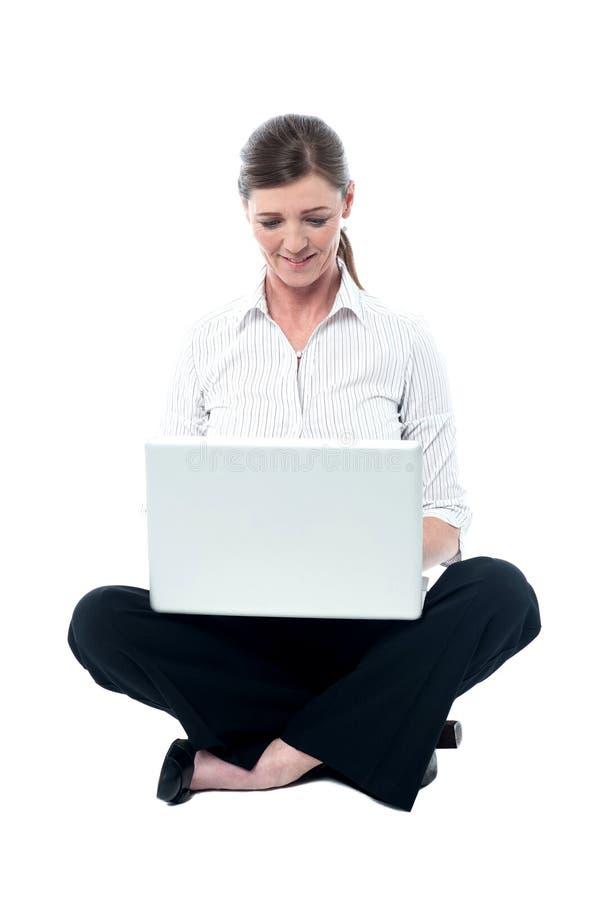 Femme d'affaires travaillant sur l'ordinateur portable photo stock