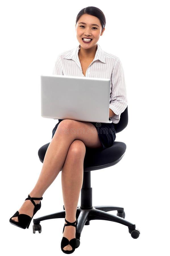 Femme d'affaires travaillant sur l'ordinateur portable photographie stock