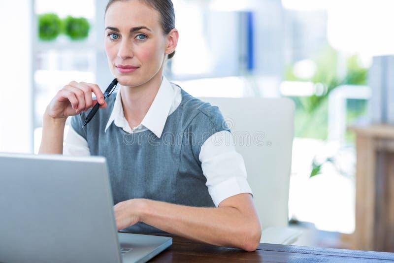 Download Femme D'affaires Travaillant Sur L'ordinateur Portable Image stock - Image du présidence, orienté: 56480939
