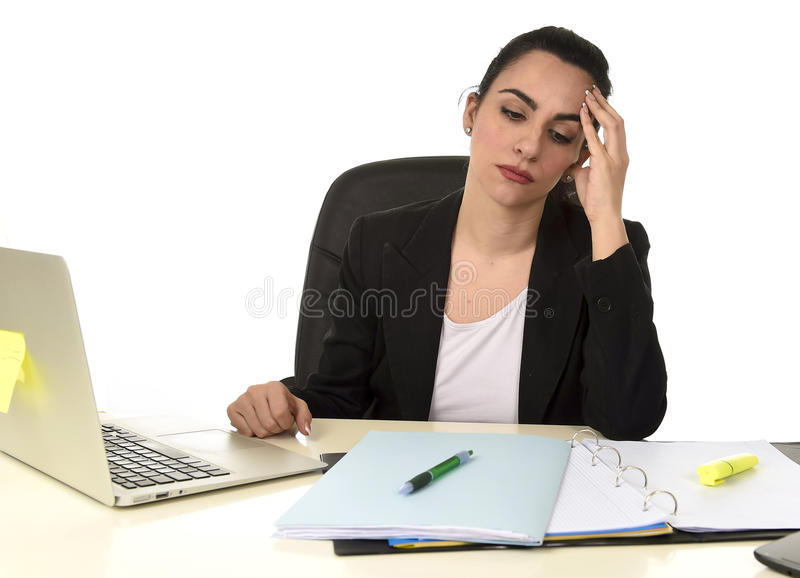 Femme d'affaires travaillant sur l'ordinateur portable au bureau dans l'effort souffrant la migraine intense de mal de tête photo libre de droits