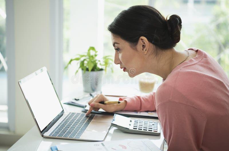 Femme d'affaires travaillant sur l'ordinateur portable avec l'écran blanc vide photographie stock libre de droits