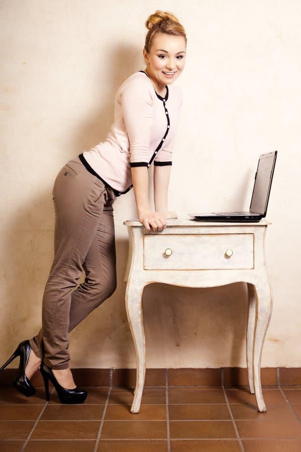 Download Femme D'affaires Travaillant Sur L'ordinateur Portable D'ordinateur Image stock - Image du fille, nouvelles: 45361067
