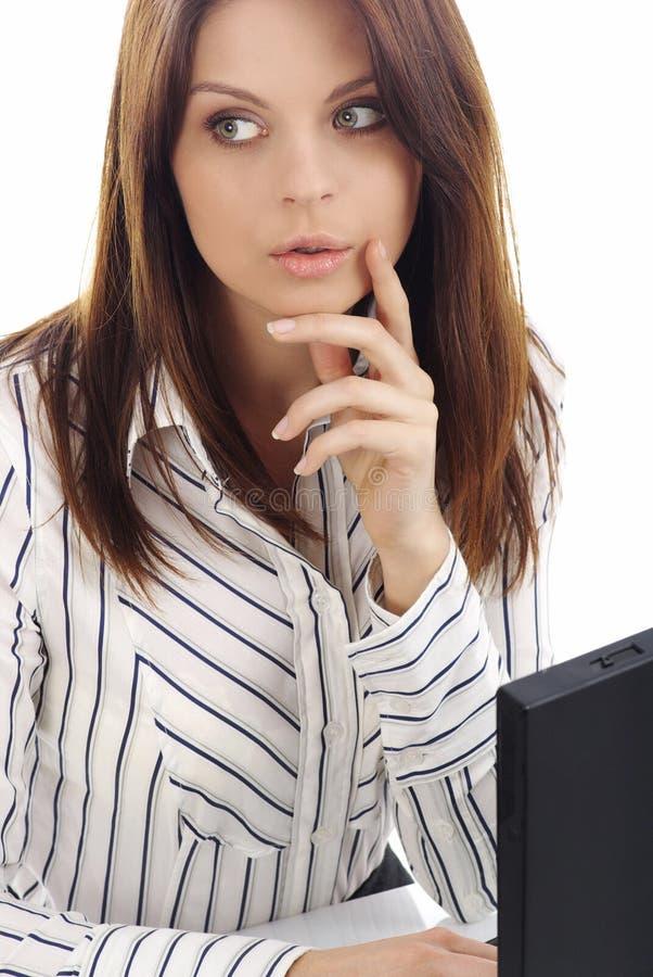 Femme d'affaires travaillant sur l'ordinateur portatif au-dessus du blanc images libres de droits