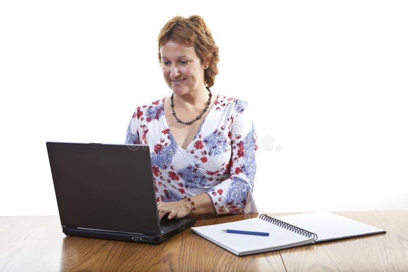 Femme d'affaires travaillant sur un ordinateur portatif image libre de droits