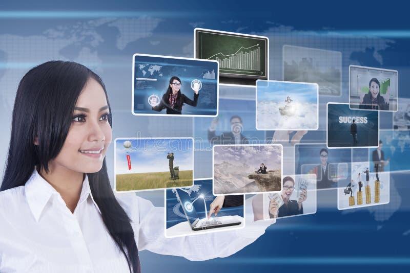 Femme d'affaires utilisant des medias digitaux image libre de droits