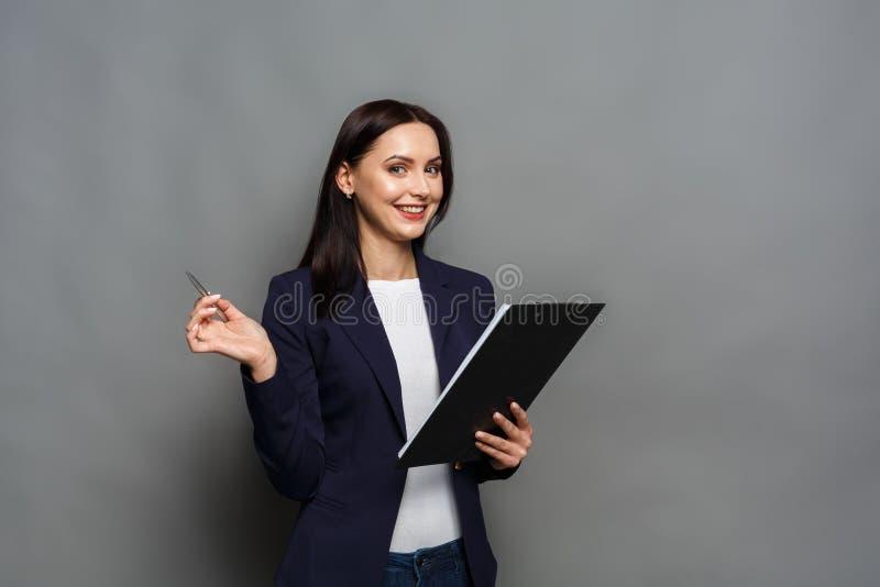 Femme d'affaires vérifiant le programme au travail photographie stock