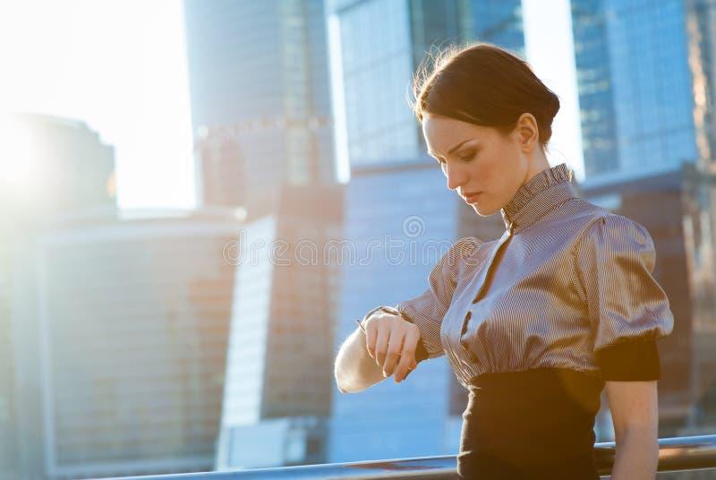 Femme d'affaires vérifiant le temps images stock