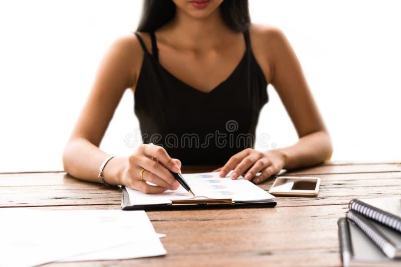 Femme d'affaires vérifiant un rapport de gestion photographie stock libre de droits
