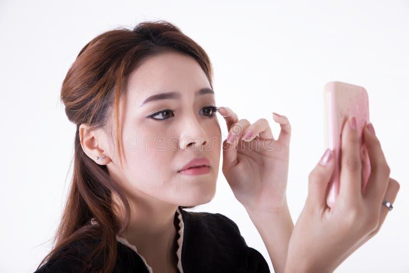 Femme d'affaires v?rifiant son maquillage photo libre de droits