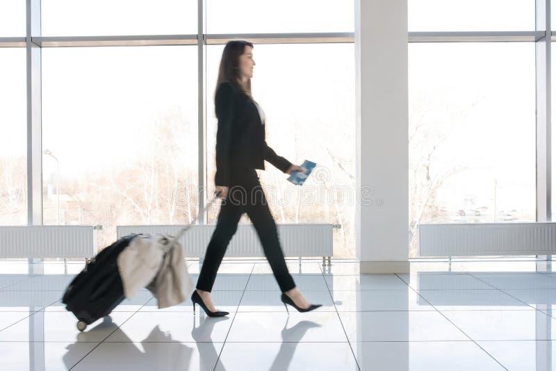 Femme d'affaires Walking à déclencher photographie stock