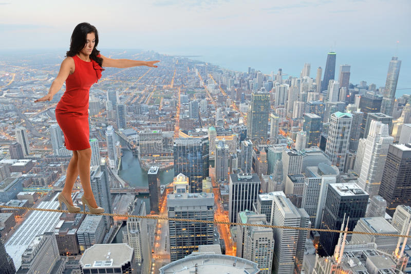 Femme d'affaires Walking sur Tightrope photographie stock