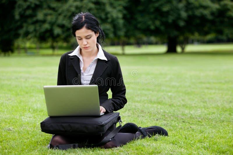 Femme d'affaires Working sur l'ordinateur portable images stock
