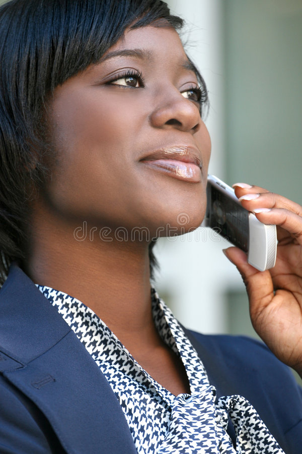 Femme d'Afro-américain à l'extérieur sur le téléphone portable photographie stock