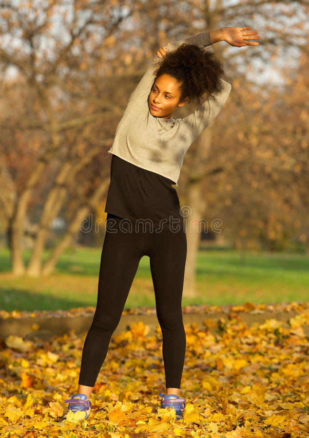 Femme d'afro-américain étirant la séance d'entraînement d'exercice de muscles images libres de droits