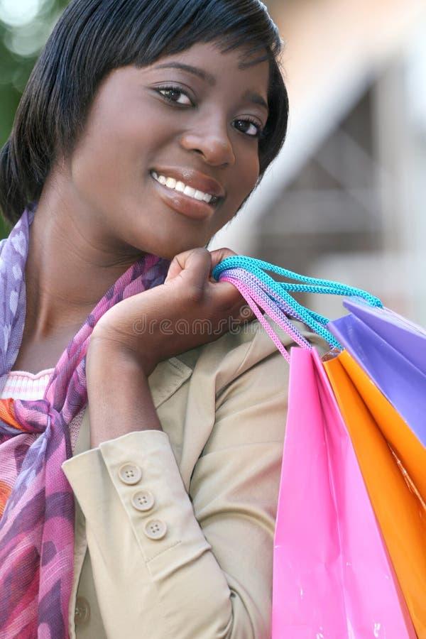 Femme d'Afro-américain avec des sacs à provisions image libre de droits
