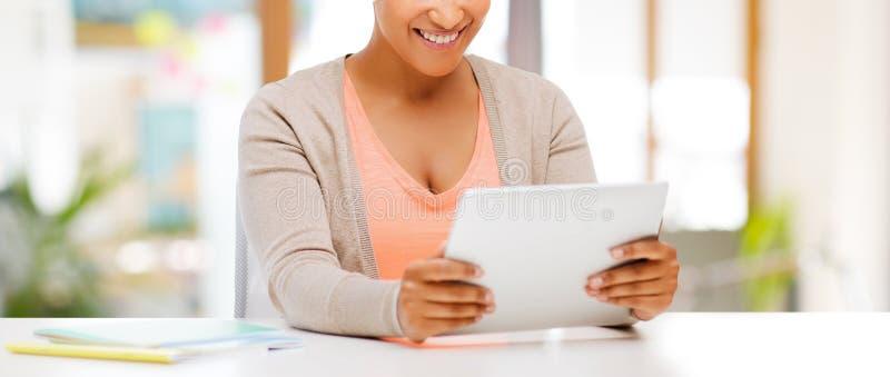 Femme d'afro-américain avec la tablette images libres de droits