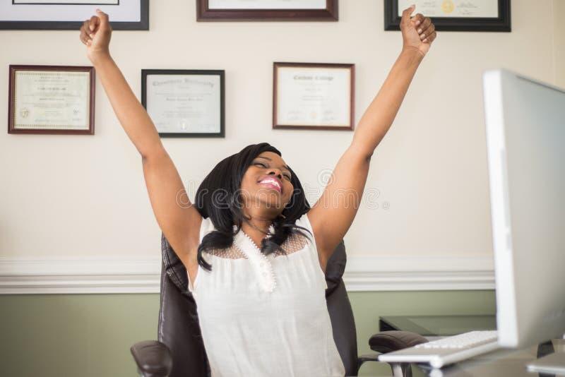 Femme d'afro-américain célébrant un succès image libre de droits