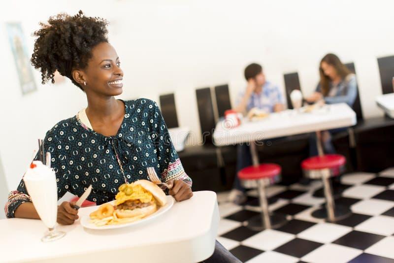 Femme d'afro-américain dans le wagon-restaurant image stock