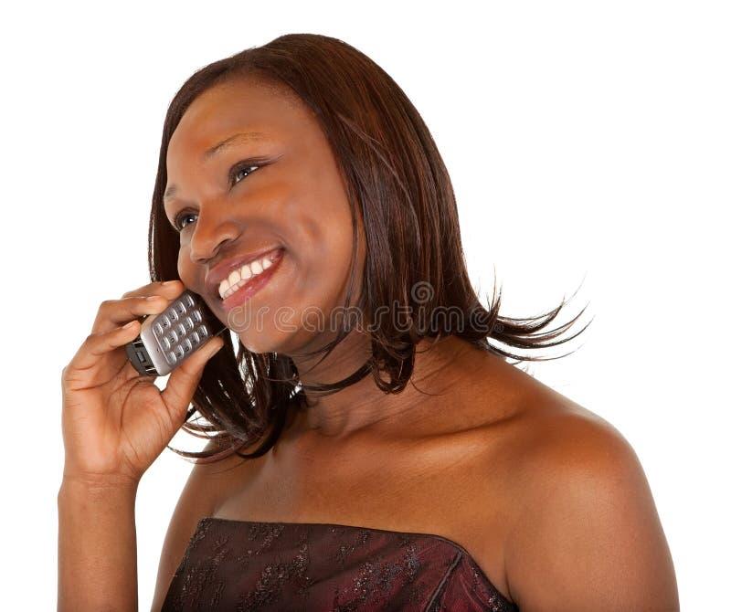 Femme d'Afro-américain parlant à son téléphone photographie stock