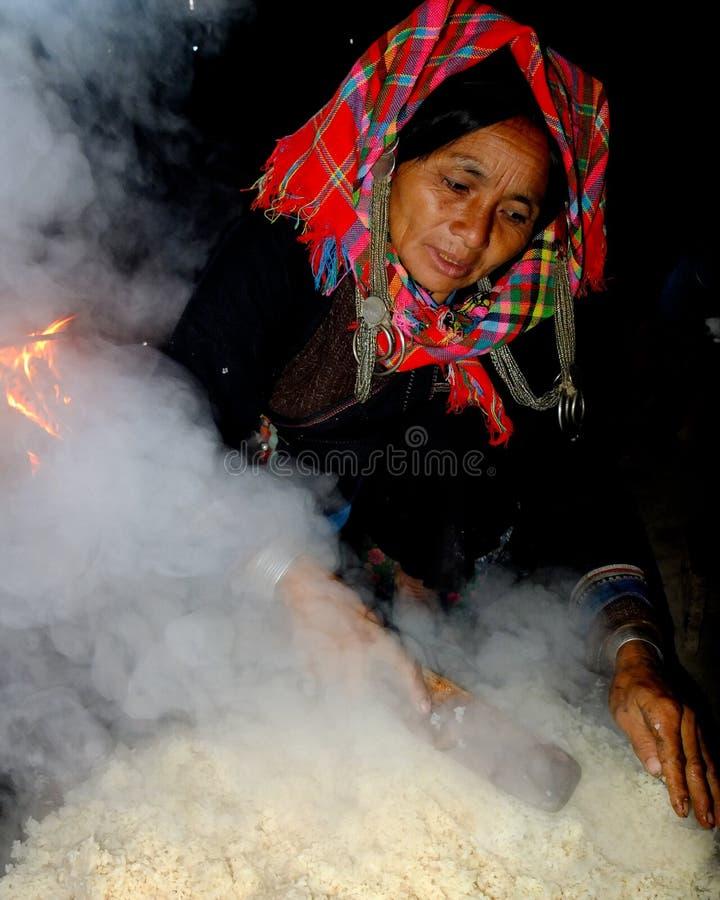 Femme d'Akha portant un foulard rouge. images stock