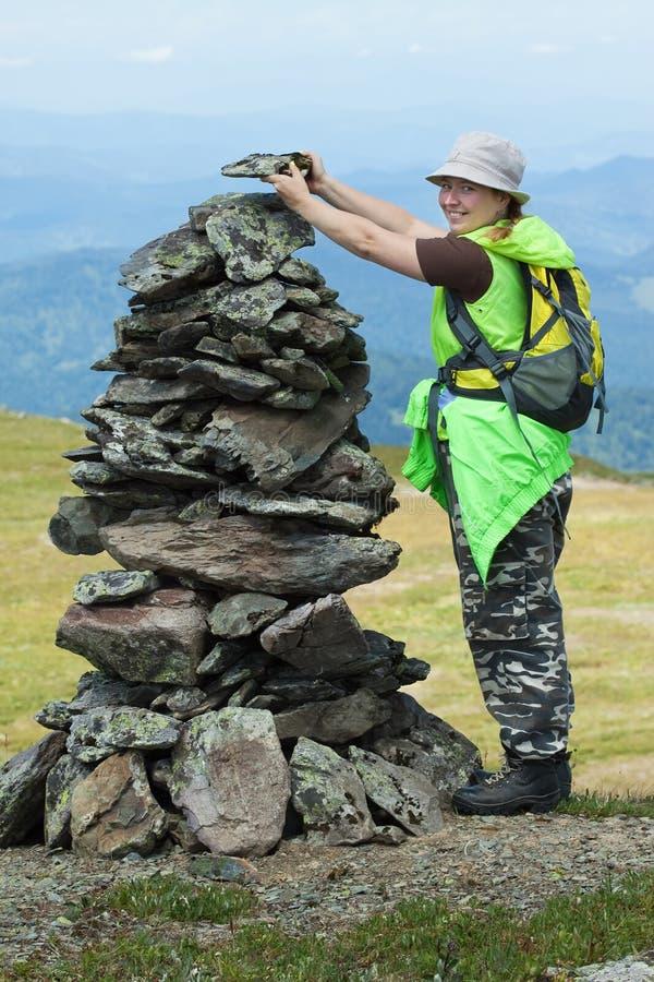 Femme d'alpiniste effectuant la pile en pierre photos libres de droits