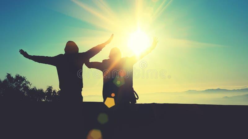 Femme d'amant et nature asiatique de voyage d'homme Le voyage d?tendent Campagne naturelle de contact Sur le Moutain Le support o photographie stock libre de droits