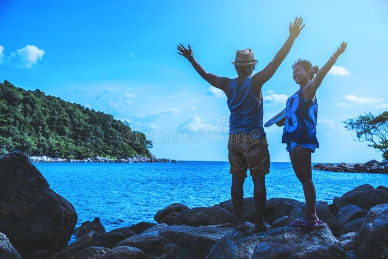 Femme d'amant et nature asiatiques de voyage d'homme Le voyage d?tendent Sur les roches ? la mer Pendant l'?t? thailand image stock