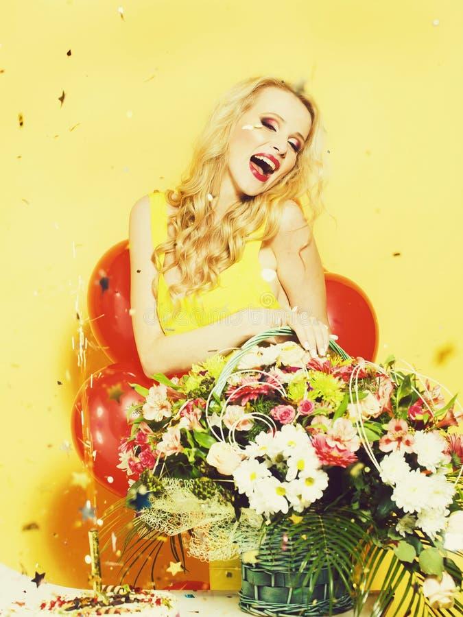 Femme d'anniversaire avec des fleurs photo stock