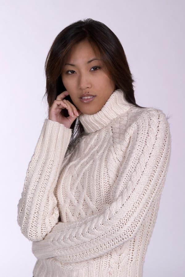 Femme d'Asin dans le chandail de l'hiver image libre de droits