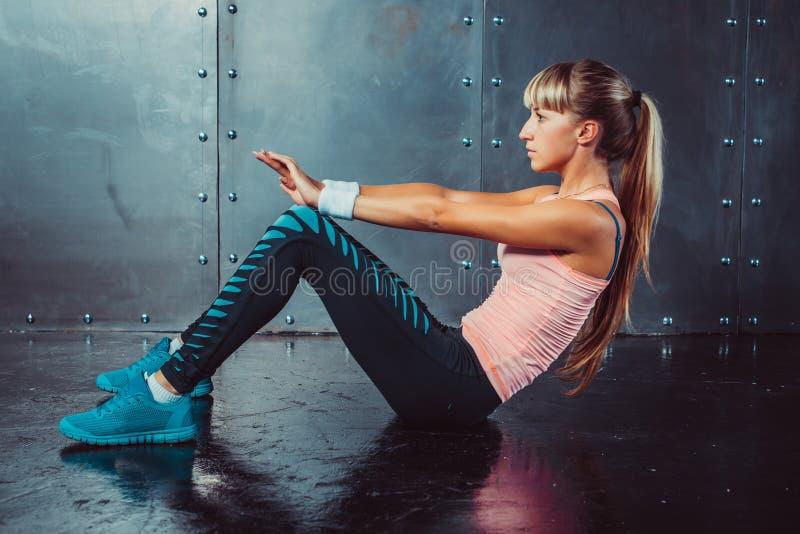 Femme d'athlète faisant l'exercice abdominal de craquements image libre de droits