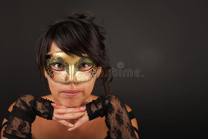 Femme d'Atractive avec le masque vénitien image stock