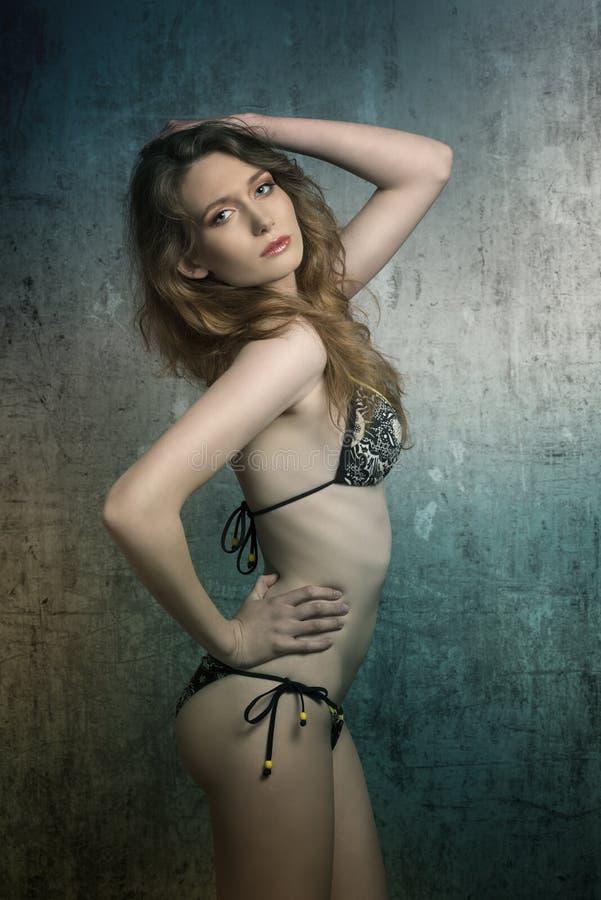 Femme d'attrait dans le bikini photos libres de droits