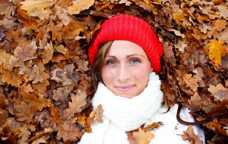Femme d'automne d'automne photographie stock libre de droits