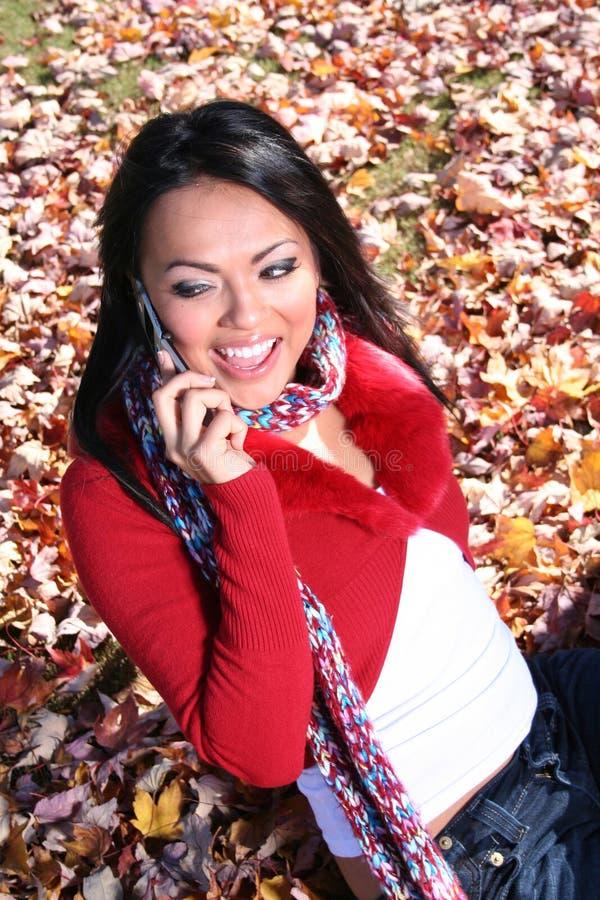 Femme d'automne de scène d'automne avec le téléphone portable photos libres de droits