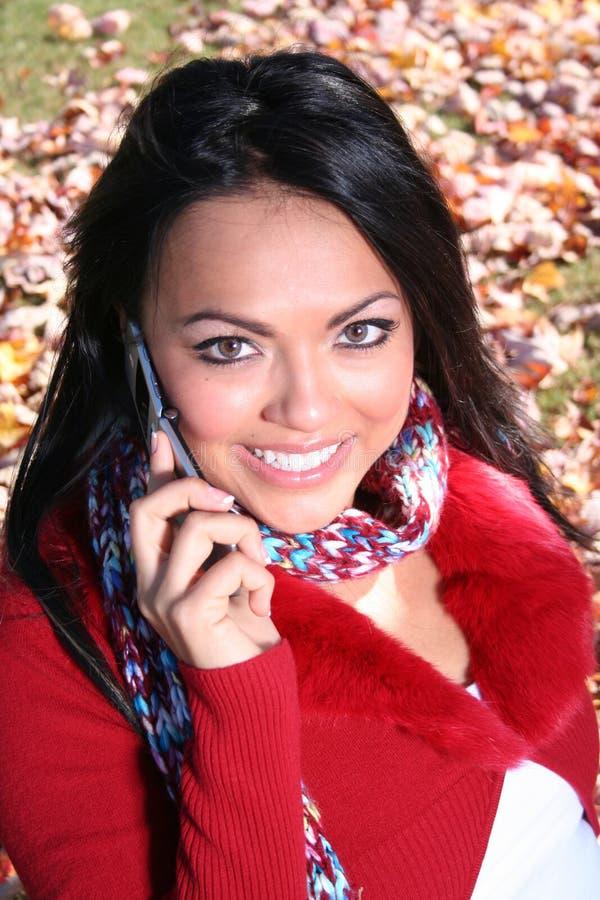 Femme d'automne de scène d'automne avec le téléphone portable image stock