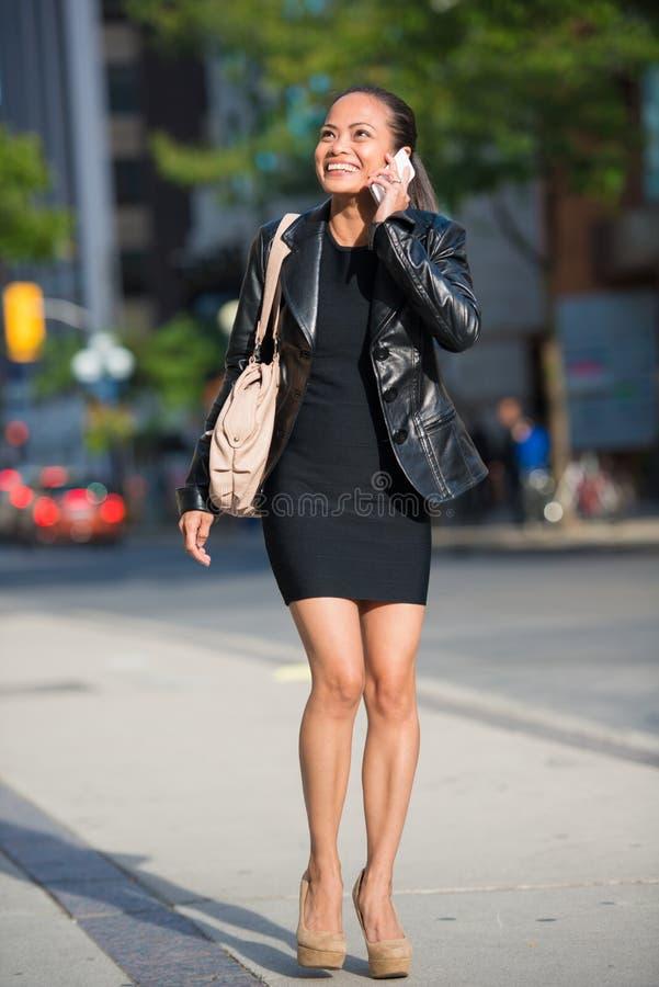 Femme d'Elegan parlant au téléphone intelligent images stock