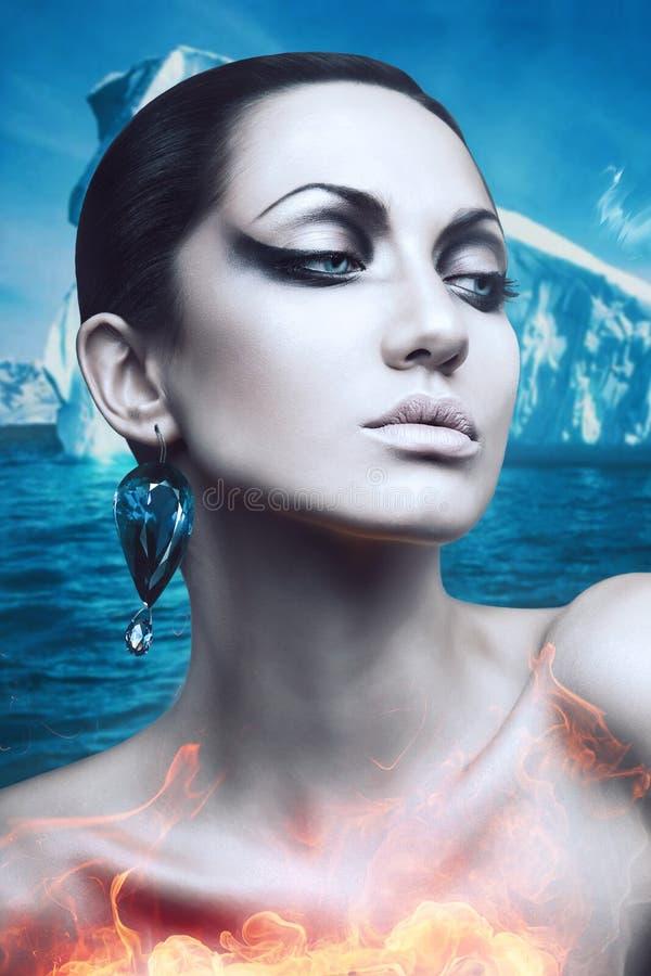 Femme d'hiver de brune en flamme avec la boucle d'oreille de diamant images libres de droits