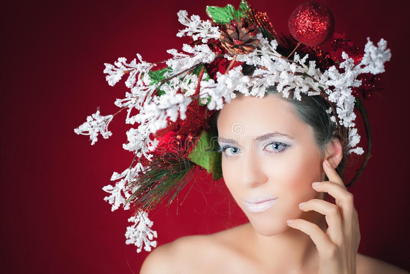 Femme d'hiver de Noël avec la coiffure d'arbre et le maquillage, mannequin photo libre de droits