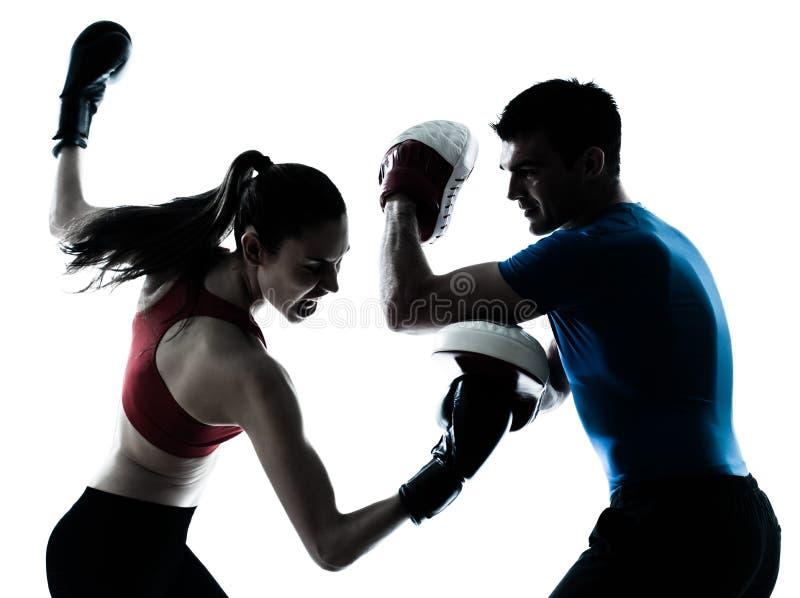 Femme d'homme d'entraîneur exerçant le boxe image stock
