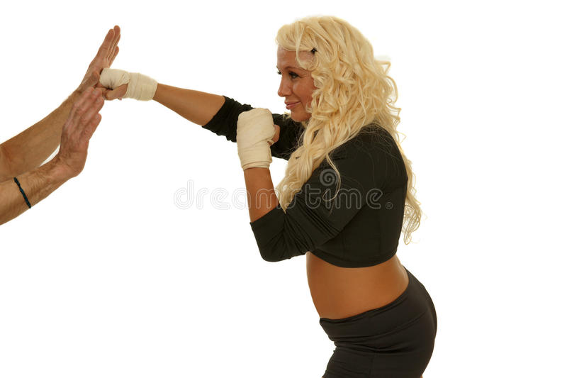 Femme d'homme d'entraîneur exerçant le boxe photos stock